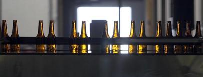 L'offre d'Anheuser-Busch InBev, numéro un mondial de la bière, sur SABMiller, le numéro deux, serait susceptible d'être de l'ordre de 106 milliards de dollars (95 milliards d'euros) et pourrait être lancée dès ce lundi. /Photo d'archives/REUTERS/Rick Wilking (UNITED STATES) - RTR1UZQN