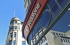 Una tienda de Vodafone en Londres, Gran Bretaña, el 10 de septiembre de 2015. Vodafone y Liberty Global concluyeron sin éxito unas negociaciones que buscaban concretar un intercambio de activos para competir mejor en los mercados de banda ancha, telefonía móvil, televisión en Europa, debido a que las compañías no pudieron acordar el valor de sus negocios. REUTERS/Toby Melville