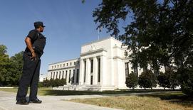 La Réserve fédérale reste bien partie pour un probable resserrement de sa politique monétaire cette année et pourrait atteindre son objectif d'inflation l'an prochain, a déclaré lundi le président de l'antenne new-yorkaise de la Fed., William Dudley,. /Photo prise le 16 septembre 2015/EUTERS/Kevin Lamarque