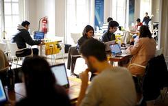 """Participantes del programa de emprendimiento """"Start Up Chile"""" trabajan en su oficina en Santiago, 10 de agosto de 2015. El desempleo en Chile habría aumentado levemente al 6,7 por ciento en el trimestre móvil a agosto, en medio de la debilidad de la economía doméstica y una menor confianza de los empresarios, mostró el lunes un sondeo de Reuters. REUTERS/Ivan Alvarado"""