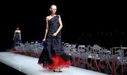 Modelo desfila criação da coleção Primavera/Verão de Giorgio Armani durante a Semana de Moda de Milão.28/09/2015 REUTERS/Alessandro Garofalo