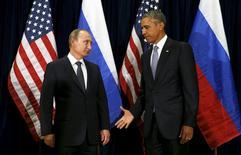 Президент России Владимир Путин (слева) и президент США Барак Обама (справа) в Нью-Йорке 28 сентября 2015 года. Россия и США договорились в понедельник искать дипломатического способа завершения войны в Сирии, но не пришли к компромиссу в центральном вопросе: должен ли президент Башар Асад оставаться у власти. REUTERS/Kevin Lamarque