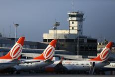 Aviones de la aerlolínea Gol en el aeropuerto Santos Dumont, en Río de Janeiro, 16 de diciembre de 2014. La aerolínea brasileña Gol dijo el martes que aplicó en agosto tarifas medias más altas que en el segundo trimestre de 2015, y el mes pasado también redujo su oferta en el mercado interno y registró una baja en la demanda. REUTERS/Pilar Olivares