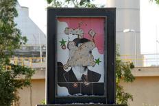 Поврежденный портрет президента Сирии Башара Асада у города Хама, Сирия 29 июля 2015 года. Франция ведет расследование в отношении Башара Асада по подозрению в преступлениях против человечности, сообщила в среду прокуратура Парижа. REUTERS/Ammar Abdullah