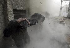 Бойцы Свободной армии Сирии во время обстрела в Дамаске 30 января 2013 года.  Первые российские авиаудары в Сирии, которые, по словам Москвы, были направлены против боевиков ИГИЛ, затронули объекты Свободной сирийской армии и привели к гибели десятков мирных жителей, сообщила в четверг туркменская группа. REUTERS/Goran Tomasevic