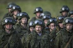 Российские военные на учениях в Сербии 14 ноября 2014 года. Нанося авиаудары в Сирии Россия может добиваться уступок от Запада в конфликте на Украине, считают некоторые западные политики. REUTERS/Marko Djurica