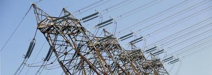 Direct Energie a sensiblement accru ses résultats au premier semestre, aidé par ses acquisitions et la progression des volumes d'énergie livrés, ce qui permet au spécialiste de la production et la fourniture d'électricité et de gaz de relever ses objectifs annuels. /Photo d'archives/REUTERS/Régis Duvignau