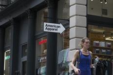 American Apparel a demandé à être placé sous la protection du Chapitre 11 de la loi américaine sur les faillites tout en annonçant avoir conclu un accord de restructuration de sa dette avec la plupart de ses bailleurs de fonds. L'enseigne de prêt-à-porter pour adolescents poursuivra son activité tout au long du processus, ses magasins de gros et de détail et ses usines restant ouverts. /Photo d'archives/REUTERS/Brendan McDermid