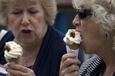 Женщины едят мороженое в Лондоне. 29 августа 2015 года. Nestle ведет переговоры об объединении своего международного бизнеса по производству мороженого с R&R Ice Cream, объем сделки может составить 3 миллиарда евро ($3,4 миллиарда), сказал Рейтер источник, знакомый с ситуацией. REUTERS/Neil Hall