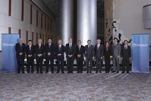 10月5日、アトランタで開かれていた環太平洋経済連携協定(TPP)の12カ国閣僚による交渉は、大筋で合意に達した。写真は12カ国閣僚の集合写真。1日撮影。代表撮影(2015年 ロイター/USTR Press Office/Handout)
