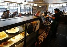 Unos empleados tomando órdenes en una cafetería de Starbucks en Fountain Valley, EEUU, ago 22 2013. El ritmo de crecimiento en el sector de servicios de Estados Unidos se desaceleró en septiembre debido a un enfriamiento en la actividad de nuevos pedidos y negocios, mostró un reporte de la industria publicado el lunes.  REUTERS/Mike Blake