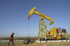 Станок-качалка на нефтяном месторождении компании PetroChina близ Шэньяна. 13 января 2008 года. Цены на нефть растут после того, как Россия сообщила, что готова обсудить ситуацию на нефтяном рынке с другими производителями. REUTERS/Stringer