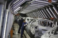 Trabajaradores brasileños pulen autos Ford en una línea de ensamblaje en la planta de la compañía en Sao Bernardo do Campo, cerca de Sao Paulo, 13 de agosto de 2013. La producción automotriz en Brasil cayó un 19,5 por ciento en septiembre frente a agosto, a 174.200 automóviles, camionetas, camiones y autobuses, dijo el martes la asociación de fabricantes de autos, Anfavea. REUTERS/Nacho Doce