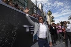 Ator Sylvester Stallone acena durante evento em Hollywood.  28/6/2015.   REUTERS/Mario Anzuoni