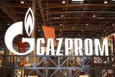 Логотип Газпрома на Всемирной газовой конференции в Париже 2 июня 2015 года.  Монополист в экспорте природного газа из РФ Газпром переносит срок запуска первой нитки трансчерноморского газопровода Турецкий поток на один год из-за отсутствия договоренности с Турцией, сказал журналистам зампред Газпрома Александр Медведев. REUTERS/Benoit Tessier