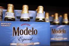 Constellation Brands a dégagé un bénéfice trimestriel supérieur aux attentes, soutenu par la progression des ventes des marques de bière Corona et Modelo, ce qui a conduit le groupe américain à relever sa prévision de résultat annuel pour l'exercice fiscal s'achevant en février. /Photo prise le 1er avril 2015/REUTERS/Lucy Nicholson