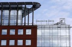 Вид на офис Deutsche Bank в Москве 17 сентября 2015 года. Бывший глава трейдинга российского подразделения Deutsche Bank Тим Уисвелл подал иск из-за увольнения, сообщила в пресс-релизе его адвокат Екатерина Духина. REUTERS/Maxim Zmeyev