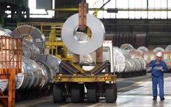 Usine sidérurgique Salzgitter. Les quatre grands instituts allemands de conjoncture ont réduit leur prévision de croissance pour cette année à 1,8% au lieu de 2,1%, au vu de l'expansion modeste probablement enregistrée au troisième trimestre.. /Photo prise le 17 août 2015/REUTERS/Fabian Bimmer
