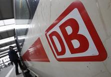 Selon des sources proches du projet, le groupe allemand de transport ferroviaire Deutsche Bahn envisagerait de mettre en oeuvre un vaste plan d'économies qui inclurait la suppression de plusieurs milliers de postes, notamment dans le fret. /Photo prise le 20 mai 2015/REUTERS/Michaela Rehle