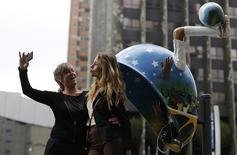 Unas madre y su hija sacándose un autorretrato con un teléfono móvil en Sao Paulo, Brasil, mayo 9, 2014. El proveedor de telefonía móvil latinoamericano NII Holdings Inc tiene planes de explorar sus alternativas estratégicas para su unidad en Brasil, que opera bajo la marca Nextel, de acuerdo a fuentes cercanas al asunto.  REUTERS/Nacho Doce