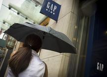 GAP a fait état d'un recul plus marqué que prévu de ses ventes à magasins constants en septembre, une annonce qui entraîne une baisse de plus de 6% du titre de la chaîne de vêtements dans des échanges d'après-Bourse. /Photo prise le 16 juin 2015/REUTERS/Brendan McDermid