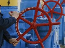 Рабочий крутит вентиль на газовой станции в Боярке близ Киева 22 апреля 2015 года.  Газпром возобновляет с 10.00 МСК 12 октября поставки газа Украине, прерванные в июле 2015 года из-за ценового спора, сообщила компания в пятницу. REUTERS/Gleb Garanich
