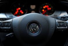 La marque VW de Volkswagen sera sans doute déficitaire cette année car elle devrait supporter l'essentiel des retombées néfastes de l'affaire de manipulation des tests d'émissions, selon deux sources proches du constructeur automobile. /Photo prise le 30 septembre 2015/REUTERS/Stefan Wermuth