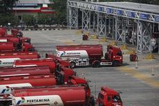 Бензовозы на топливной базе госкомпании Pertamina в Джакарте. 9 сентября 2014 года. ОПЕК на совещании в декабре вновь примет в свой состав Индонезию, что затруднит принятие решения об ограничении добычи, говорят аналитики и участники картеля. REUTERS/Darren Whiteside