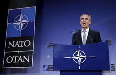 Генеральный секретарь НАТО Йенс Столтенберг на пресс-конференции в Брюсселе. 8 октября 2015 года. Поддержка, которую Россия продолжает оказывать президенту Сирии Башару Асаду, лишь продлевает кризис в охваченной насилием стране, сказал в понедельник генеральный секретарь НАТО Йенс Столтенберг. REUTERS/Francois Lenoir