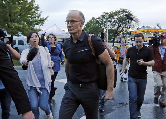 Walter Palmer arrives at the River Bluff Dental clinic in Bloomington, Minnesota, September 8, 2015. REUTERS/Eric Miller