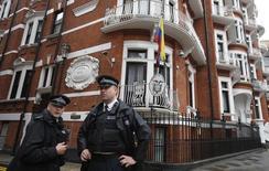 Unos policías a las afueras de la embajada de Ecuador en Londres, ago 13, 2015. La policía de Londres dijo el lunes que ya no mantendrá oficiales de su fuerza en los alrededores de la embajada de Ecuador para arrestar al fundador de WikiLeaks, Julian Assange, quien está refugiado en la misión diplomática desde hace más de tres años.   REUTERS/Peter Nicholls