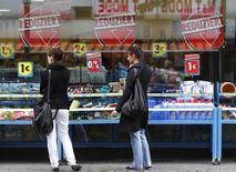 L'indice des prix à la consommation en Allemagne de septembre calculé aux normes harmonisées européennes (IPCH) affiche un recul de 0,2% sur un an, en territoire négatif pour la première fois depuis janvier, annonce mardi l'Office fédéral de la statistique, qui confirme ainsi la première estimation publiée le mois dernier. /Photo d'archives/REUTERS/Ina Fassbender