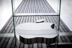 El logo de Apple en su tienda en la Quinta Avenida en Nueva York, 21 de julio de 2015. El Departamento de Justicia de Estados Unidos determinó que Apple Inc implementó mejoras significativas a su programa de cumplimiento antimonopolio y que no es necesaria la extensión de un monitor designado por la corte, según un documento legal. REUTERS/Mike Segar/files