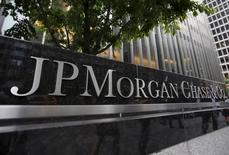 Le bénéfice de JPMorgan Chase & Co a progressé de 22,3% au titre du troisième trimestre, la baisse de ses coûts et de moindres provisions pour pertes sur crédits ayant compensé un recul de ses revenus de trading. La plus grande banque américaine par les actifs a réalisé en juillet-septembre un bénéfice net de 6,80 milliards de dollars (5,97 milliards d'euros). /Photo prise le 20 mai 2015/REUTERS/Mike Segar
