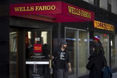 Wells Fargo, numéro un des prêts immobiliers aux Etats-Unis et quatrième banque américaine par les actifs, a annoncé mercredi une hausse de son bénéfice trimestriel pour la première fois en trois trimestres, grâce au rachat du portefeuille de prêts commerciaux de General Electric. Son bénéfice net par action ordinaire a progressé de 0,65% à 5,44 milliards de dollars (4,77 milliards d'euros). /Photo prise le 10 octobre 2015/REUTERS/Eduardo Munoz