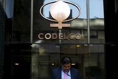 El logo de la minera estatal chilena Codelco, en su sede en Santiago, Chile, 1 de septiembre de 2015. La estatal chilena Codelco, la mayor productora mundial de cobre, dijo que no podría recapitalizar utilidades este año por el difícil panorama que enfrenta el mercado del metal, por lo que reprogramará su ambicioso plan de inversiones para ajustarlo a la nueva realidad. REUTERS/Ivan Alvarado
