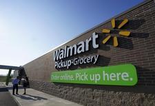 Wal-Mart Stores s'attend à ce que la vigueur du dollar ait un impact négatif de 15 milliards de dollars (13,1 milliards d'euros) sur son chiffre d'affaires cette année, selon son directeur général Douglas McMillon. /Photo d'archives/REUTERS/Rick Wilking