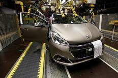 Peugeot 208 produite sur le site de Poissy, dont PSA veut accélérer la mutation pour accroître sa compétitivité. PSA Peugeot Citroën prévoit de maintenir en 2017 et en 2018 l'objectif déjà fixé pour 2016 de produire en France un million de véhicules. /Photo prise le 29 avril 2015/REUTERS/Benoît Tessier