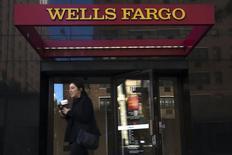 Una mujer a las afueras de un cajero automático en Manhattan, oct 10 2015. Wells Fargo & Co, el mayor prestamista hipotecario residencial de Estados Unidos, reportó el miércoles un aumento de sus ganancias por primera vez en tres trimestres, ayudado por la compra de créditos comerciales a General Electric.   REUTERS/Eduardo Munoz