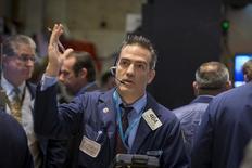 Operadores trabajando en la Bolsa de Nueva York, 22 de septiembre de 2015. Las acciones retrocedían el miércoles en la bolsa de Nueva York, mientras los inversores evaluaban los resultados trimestrales de los principales bancos del país y un pronóstico flojo de Wal-Mart borró más de 20.000 millones de dólares al valor de mercado del minorista. REUTERS/Brendan McDermid