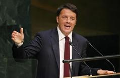 Le président du Conseil italien, Matteo Renzi, doit présenter jeudi un budget 2016 incluant des baisses d'impôts qui devrait tester les limites fixées aux membres de la zone euro en matière de déficit budgétaire et sera sans doute mieux accueilli par les électeurs du pays que par la Commission européenne. /Photo prise le 29 septembre 2015/REUTERS/Carlo Allegri