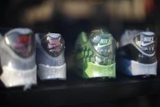 Nike anticipe un chiffre d'affaires de 50 milliards de dollars (43,6 milliards d'euros) lors de l'exercice fiscal 2020, soit une hausse de 63% au cours des cinq prochaines années. Le premier équipementier sportif mondial parie sur la vigueur de ses ventes en ligne, de ses articles à destination des femmes et de la marque Jordan. /Photo d'archives/REUTERS/Lucy Nicholson