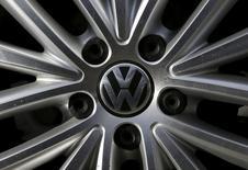La KBA, l'autorité de régulation du secteur automobile en Allemagne, demande à Volkswagen de procéder au rappel de 2,4 millions de véhicules dans le pays  à la suite du trucage de tests anti-pollution que le constructeur a reconnu. /Photo d'archives/REUTERS/Jim Young