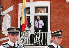 El fundador de WikiLeaks Julian Assange habla a los medios desde un balcón de la embajada de Ecuador en Londres, el 19 de agosto de 2012. Ecuador dijo el miércoles que el Gobierno británico negó al fundador de WikiLeaks, Julian Assange, la atención médica especializada que necesita recibir fuera de la embajada sudamericana en Londres por un dolor en su hombro. REUTERS/Olivia Harris
