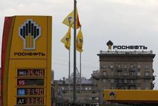 El logo de la productora de crudo rusa Rosfneft, visto en una gasolinera en Moscú, 17 de julio de  2014. Desde gigantes como Shell y Total a firmas más modestas, las refinerías en Europa están reduciendo el uso de petróleo de Rusia para optar por el de Arabia Saudita, en momentos en que los mayores exportadores del mundo se enfrentan por mejorar su participación en el viejo continente. REUTERS/Sergei Karpukhin