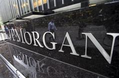 JPMorgan Chase, Morgan Stanley et Barclays verseront à elles trois plus de la moitié de la somme de 1,865 milliard de dollars que 12 banques ont accepté de payer pour mettre fin aux poursuites d'investisseurs qui les accusaient d'avoir manipulé les prix et entravé la concurrence sur le marché des swaps de défaut de crédit (CDS), selon des documents judiciaires publiés vendredi soir à Manhattan. JPMorgan paiera 595 millions de dollars, Morgan Stanley 230 millions et Barclays 178 millions. /Photo prise le 20 mai 2015/REUTERS/Mike Segar