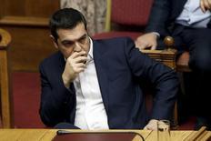 Le Premier ministre grec, Alexis Tsipras, au Parlement à Athènes. Le Parlement grec a approuvé vendredi un ensemble hétéroclite de réformes censé favoriser le déblocage de l'aide internationale promise au cours de l'été et l'ouverture de négociations sur un allègement de la dette du pays. /Photo prise le 17 octobre 2015/REUTERS/Michalis Karagiannis