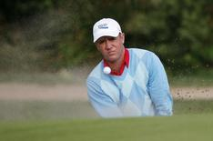 Scott Hend of Australia hits from a bunker on the second hole during the second round of the Australian Open golf tournament at the New South Wales golf course in Sydney December 4, 2009. REUTERS/Daniel Munoz (AUSTRALIA SPORT GOLF) - RTXRFS8