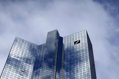 Deutsche Bank a annoncé dimanche la séparation de sa banque d'investissement en deux divisions distinctes dans le cadre d'une vaste réorganisation stratégique de l'établissement menée par son nouveau président du directoire John Cryan. /Photo prise le 8 octobre 2015/REUTERS/Ralph Orlowski