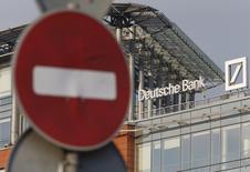Вид на офис Deutsche Bank в Москве 14 сентября 2015 года. Deutsche Bank реструктурирует бизнес, разделив инвестиционное подразделение и уволив нескольких топ-менеджеров. REUTERS/Sergei Karpukhin